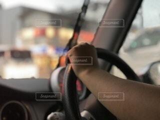 ハンドルを握る腕のクローズアップの写真・画像素材[3821408]