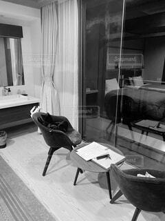 家具と大きな窓でいっぱいのリビングルームの写真・画像素材[3707550]