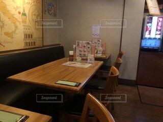 ディナー レストラン 木製テーブル 家族 ドリンクバーの写真・画像素材[3709786]