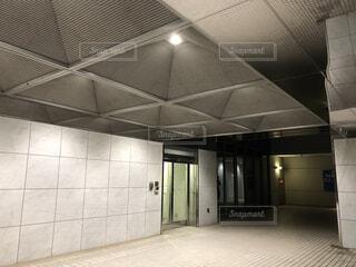 建物の中 ビル 夜 オフィスの写真・画像素材[3777466]