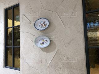 おしゃれな壁、窓、デコレーションの皿、ヨーロッパ風の写真・画像素材[3820078]