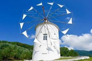 青空と風車、少し雲の写真・画像素材[3721617]