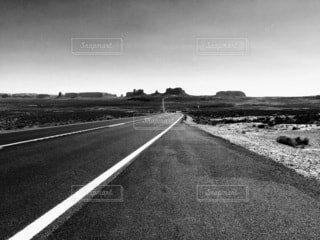 モニュメントバレーに続く道の写真・画像素材[3714880]