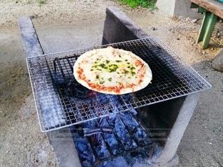 屋外で炭火焼きピザの写真・画像素材[3720817]