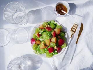 テーブルの上に置かれたサラダの写真・画像素材[4370607]
