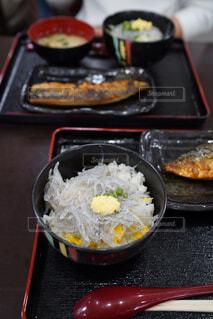 テーブルに置かれたしらす丼の写真・画像素材[4377343]