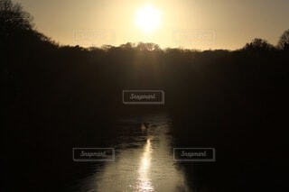 水面に沈む夕日の写真・画像素材[3758439]
