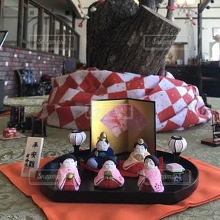 赤い傘とテーブルに座っている人のグループの写真・画像素材[984571]