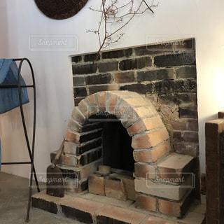 リビングルームのレンガ造りの暖炉の写真・画像素材[2506790]