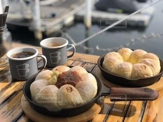 テーブルの上のコーヒー1杯の写真・画像素材[2712303]