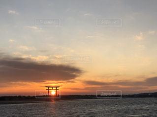 水の体に沈む夕日の写真・画像素材[2921208]