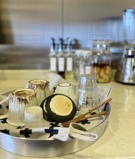 テーブルの上にコーヒーを一杯入れるの写真・画像素材[3398369]