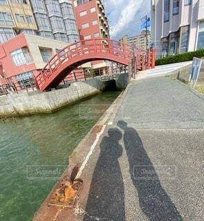 水の体に架かる橋の写真・画像素材[3708697]