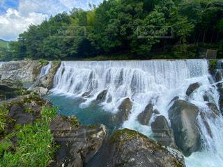 水の上に大きな滝の写真・画像素材[4802498]