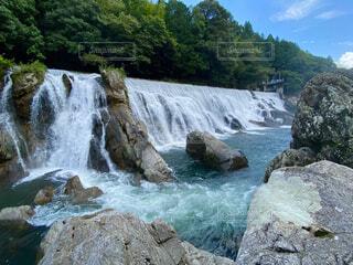 岩の崖の上の大きな滝の写真・画像素材[4802501]