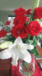 テーブルの上に花の花瓶の写真・画像素材[3726235]