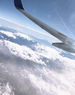 スキーに乗りながら空を飛ぶ男の写真・画像素材[3728568]