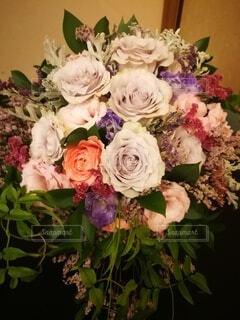 テーブルの上の花瓶に花束の写真・画像素材[4809980]
