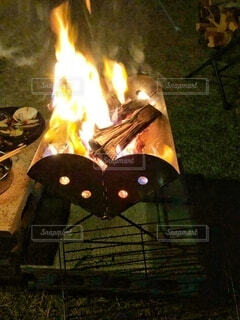 秋の夜の冷え込み、焚き火で体も心も温まるキャンプの写真・画像素材[3886119]