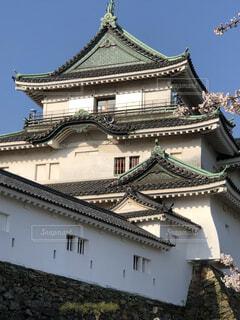 和歌山城を背景にした大きな石造りの建物の写真・画像素材[3733382]
