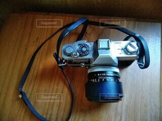 テーブルクロスの上のカメラの写真・画像素材[4237769]