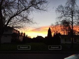 街の通りに沈む夕日の写真・画像素材[3742068]