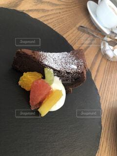 とあるカフェ 皿の上のケーキの写真・画像素材[3746822]