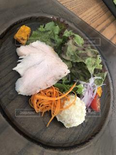 とあるカフェのサラダ前菜の写真・画像素材[3746816]