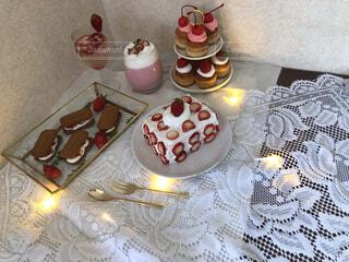 テーブルの上に座っているケーキの写真・画像素材[3747127]