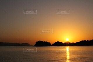 水に沈む夕日の写真・画像素材[3748295]