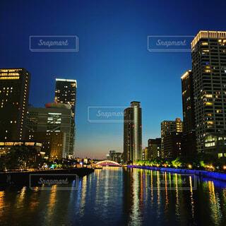 都市を背景にした水の体に架かる橋の写真・画像素材[3741975]