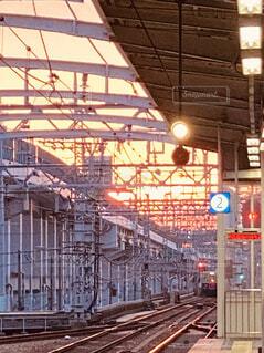 駅の近くで列車の線路を下って移動する列車の写真・画像素材[3742059]