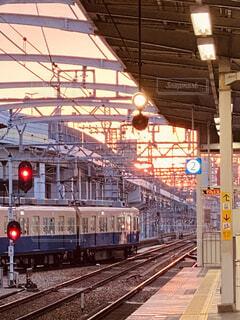 駅の線路上の大きな長い列車の写真・画像素材[3742060]