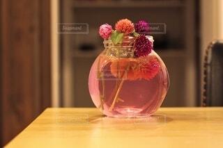 木製テーブルの上置かれたガラスの花瓶の写真・画像素材[3741528]