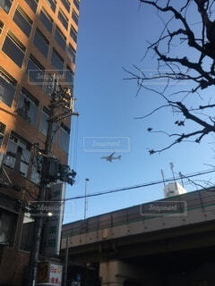 大きな建物と飛行機の写真・画像素材[3743492]