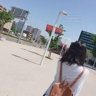 通りを歩いている人の写真・画像素材[3743531]