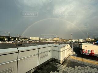 背景に虹の写真・画像素材[3744093]