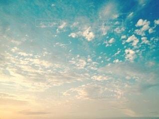 夕日と雲のグラデーションの写真・画像素材[3806174]