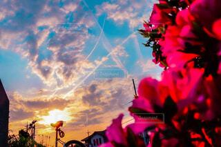 ふとした時に気づく夕焼けと飛行機雲の写真・画像素材[4287193]