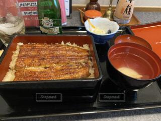 グリルの上の食べ物のトレイの写真・画像素材[3752718]
