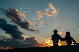夕焼け空の下の写真・画像素材[4006811]