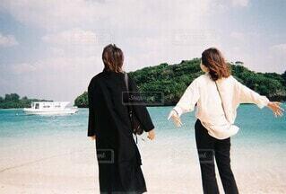 ビーチに立っている女の写真・画像素材[3752270]
