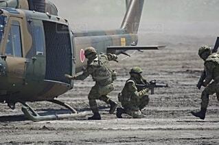 陸上自衛隊 UH-1ヘリコプターと普通科隊員の写真・画像素材[3758072]