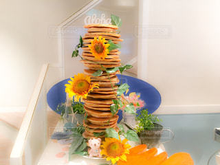 テーブルの上の花の花瓶の写真・画像素材[870237]