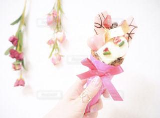 花を持っている手 - No.977316