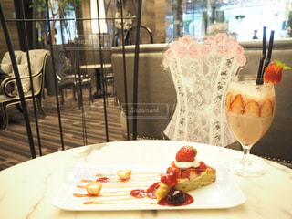 テーブルの上のケーキのスライスを皿の料理の写真・画像素材[1019965]