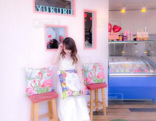 ピンクの部屋に小さな女の子 - No.1213032