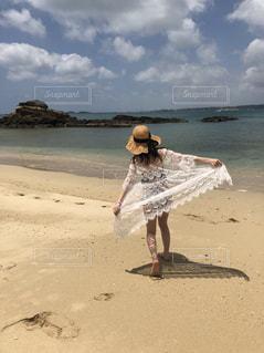 砂浜に座る人の写真・画像素材[1213034]