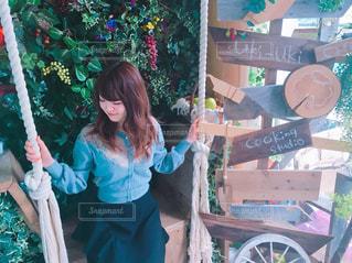 青いドレスの少女の写真・画像素材[1213035]