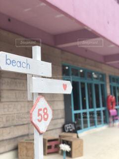 建物の側に座っている赤い停止記号の写真・画像素材[1214870]